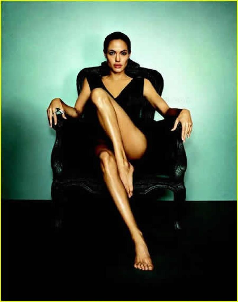 Angelina Jolie komplett nackt in Bildern