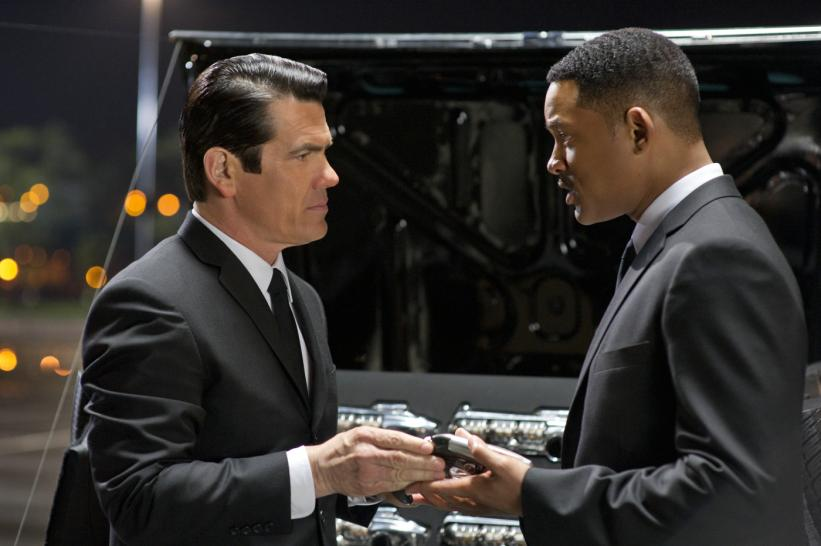 Der junge Agent K (Josh Brolin,l.) und Agent J (Will Smith, r.) in Sony Pictures' MEN IN BLACK 3. (1)