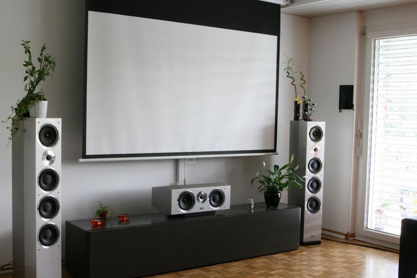 luxus heimkino m nner bauen sich einklappbare rahmenleinwand ins wohnzimmer gamesaktuell. Black Bedroom Furniture Sets. Home Design Ideas